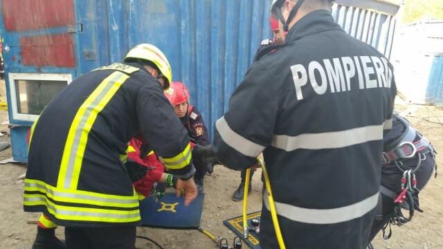Un barbat a ramas prins sub un container dupa ce o macara s-a prabusit. Pompierii nu au reusit sa il salveze