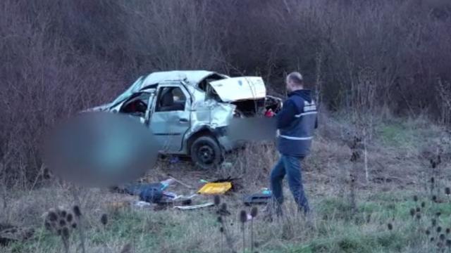 O depășire la limită a provocat moartea a doi oameni, în Cluj. Șoferul vinovat a fugit de la fața locului