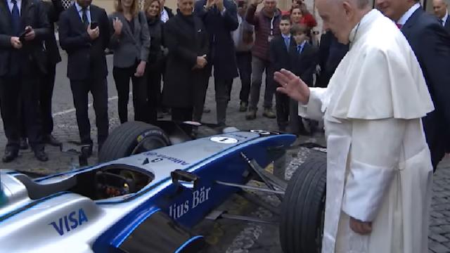 Papa Francisc a sfințit o mașină electrică de curse. VIDEO