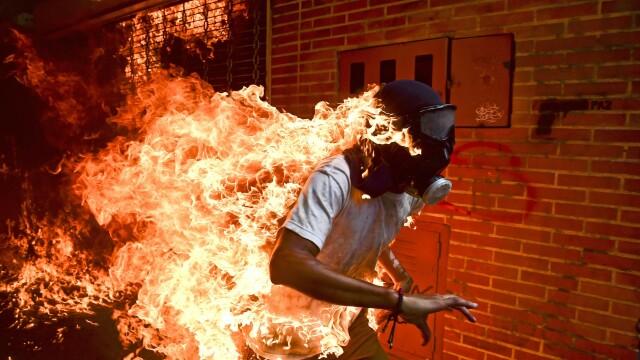 Poza cu un om în flăcări în Venezuela, câştigătoarea World Press Photo 2018
