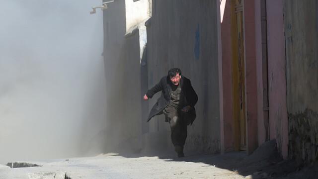 Atac sinucigaș la un centru electoral din Kabul: bilanțul a crescut la cel puțin 57 de morți