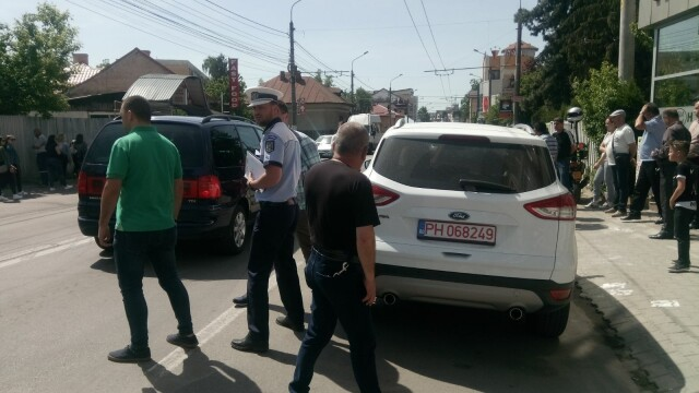 Polițist rănit după ce s-a izbit cu scuterul într-o portieră deschisă de soția unui șofer. FOTO