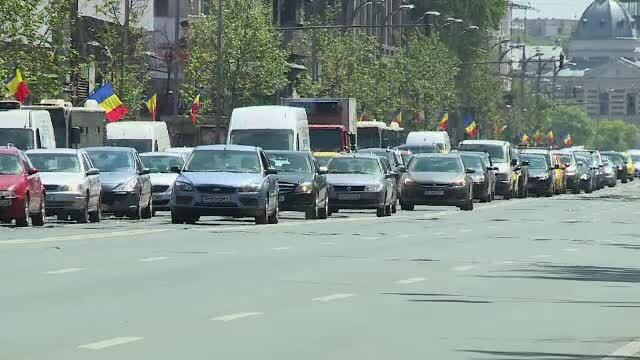 Zeci de mii de români ar fi plătit mai mult pe polița RCA. Baza de date dă erori des