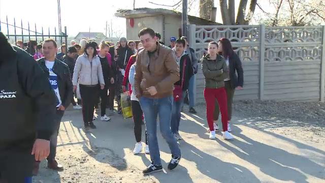 """Salariații unei fabrici de pantofi din Bihor, în pragul disperării: """"Nu ne-o dat nici salar"""" - Imaginea 2"""