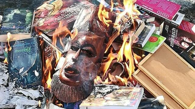 """Preoți surprinși în timpul unei ceremonii anti-vrăjitorie. Au ars cărțile """"Harry Potter"""" - Imaginea 3"""