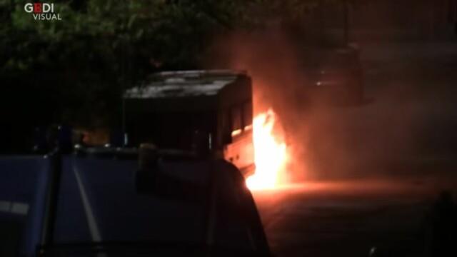 Scene violente la Roma. Neonaziștii au oprit zeci de romi să se mute într-un centru din oraș - Imaginea 1
