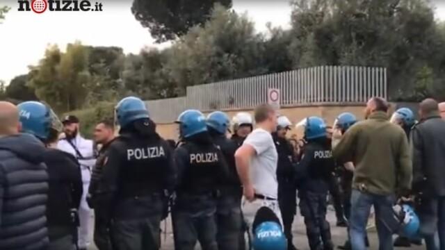 Scene violente la Roma. Neonaziștii au oprit zeci de romi să se mute într-un centru din oraș - Imaginea 2