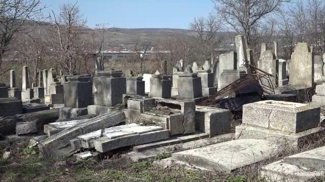 """Cimitirul evreiesc din Huși, vandalizat: """"Câtă forţă a trebuit acolo?"""" - Imaginea 6"""