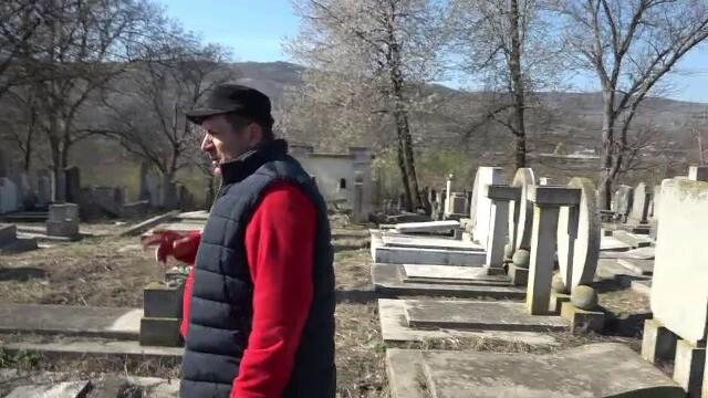 """Cimitirul evreiesc din Huși, vandalizat: """"Câtă forţă a trebuit acolo?"""" - Imaginea 4"""