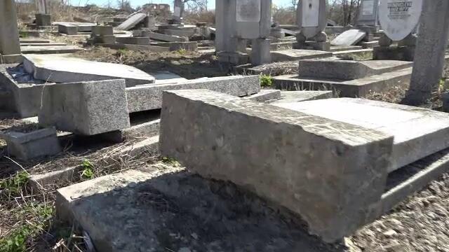"""Cimitirul evreiesc din Huși, vandalizat: """"Câtă forţă a trebuit acolo?"""" - Imaginea 3"""