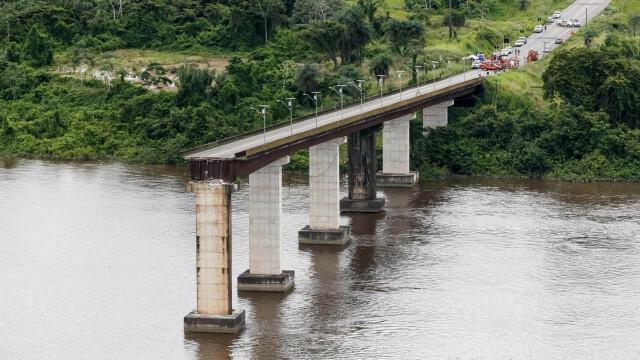 Pod prăbușit, după ce a fost lovit de un feribot. Mai multe mașini au căzut în apă. VIDEO - Imaginea 1