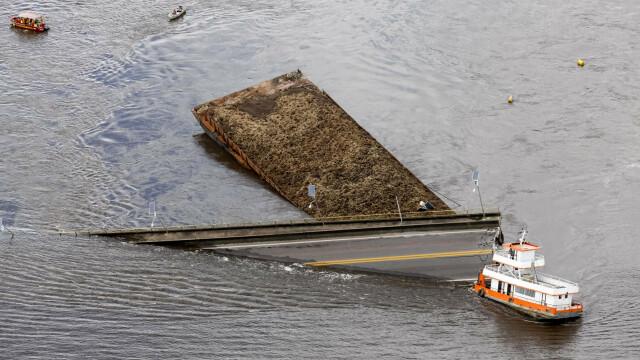 Pod prăbușit, după ce a fost lovit de un feribot. Mai multe mașini au căzut în apă. VIDEO - Imaginea 2