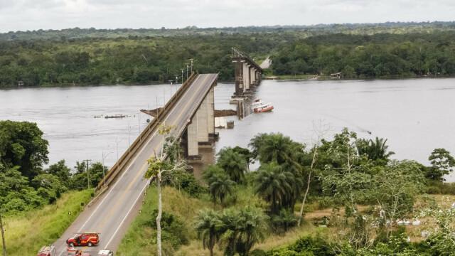 Pod prăbușit, după ce a fost lovit de un feribot. Mai multe mașini au căzut în apă. VIDEO - Imaginea 3