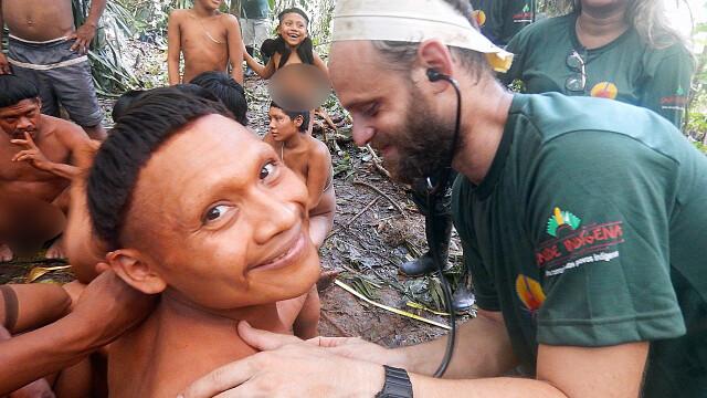 Un trib izolat din jungla amazoniană a fost contactat. Reacția băștinașilor. FOTO - Imaginea 4