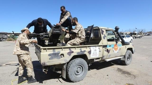 La un pas de un nou război civil. Aeroportul din Tripoli, bombardat. Reacția SUA și a Rusiei - Imaginea 12