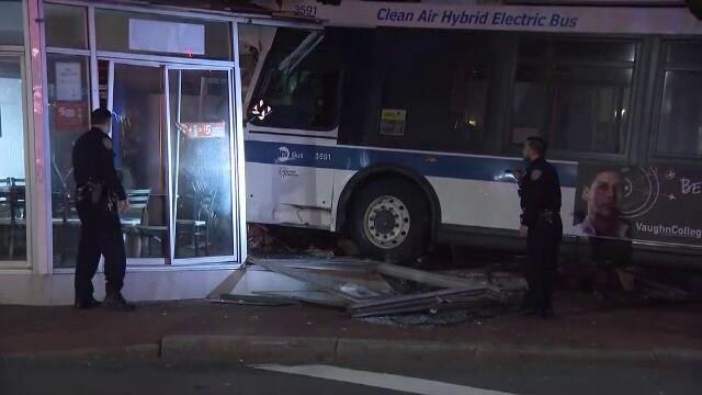 Momentul în care o pizzerie este distrusă de un autobuz - Imaginea 4