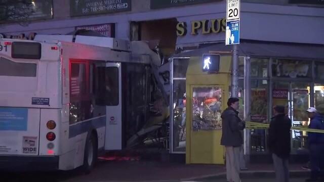 Momentul în care o pizzerie este distrusă de un autobuz - Imaginea 3
