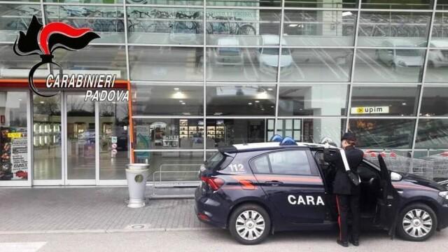 Un român din Italia prins la furat în magazin i-a atacat pe paznici. Pedeapsa primită