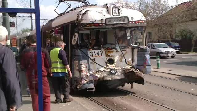 Un tramvai fără vatman a lovit două mașini după o pană de curent, în Timișoara