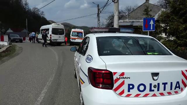 Un şofer era să cadă de pe pod cu microbuzul plin cu pasageri. \