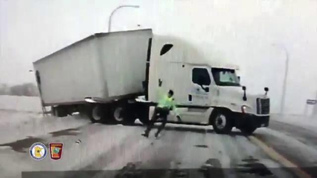 Polițist luat de vânt și izbit pe asfalt în timpul misiunii. VIDEO