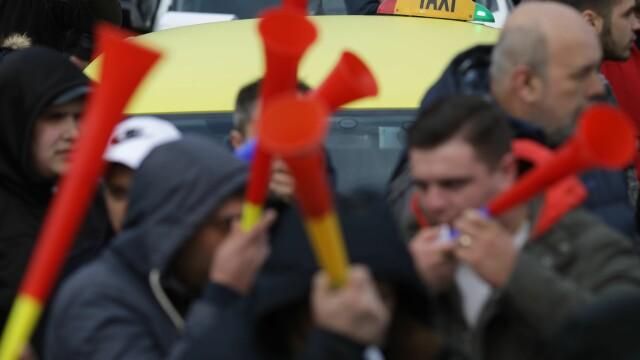 Taximetrist, atacat cu ouă de colegii săi, pentru că nu participă la protest - Imaginea 6