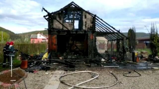 Anchetă după ce o cabană din Bistrița a ars complet. Ce au găsit pompierii