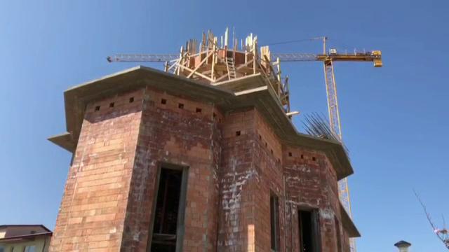 Un muncitor, în stare critică, după ce a căzut de pe cupola unei biserici. Ce spun martorii