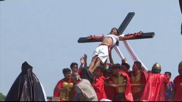 Credinciosul care a fost răstignit în ultimii 33 de ani, în Vinerea Mare. VIDEO - Imaginea 1