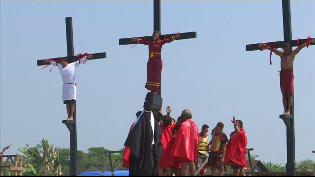 Credinciosul care a fost răstignit în ultimii 33 de ani, în Vinerea Mare. VIDEO - Imaginea 6