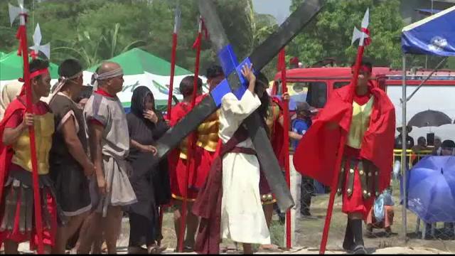 Credinciosul care a fost răstignit în ultimii 33 de ani, în Vinerea Mare. VIDEO - Imaginea 7