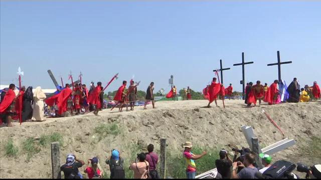 Credinciosul care a fost răstignit în ultimii 33 de ani, în Vinerea Mare. VIDEO - Imaginea 9