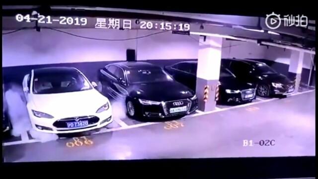 Momentul în care o mașină Tesla explodează brusc într-o parcare. VIDEO