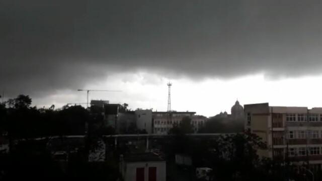 Furtună cu grindină la Timișoara! Vântul a rupt copaci și a smuls acoperișuri. VIDEO - Imaginea 1