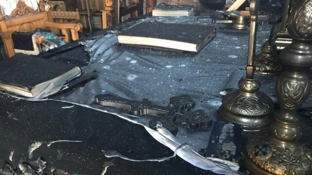Incendiu la o biserică din Arad. Biblia și Tricolorul au scăpat din calea flăcărilor - Imaginea 2
