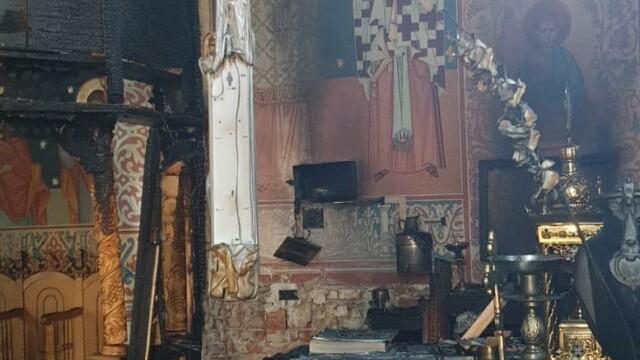 Incendiu la o biserică din Arad. Biblia și Tricolorul au scăpat din calea flăcărilor - Imaginea 6