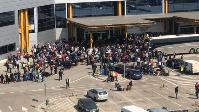 Sute de români se înghesuie pe aeroportul din Cluj ca să plece în Germania. S-a deschis dosar penal - Imaginea 2