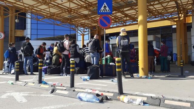 Sute de români se înghesuie pe aeroportul din Cluj ca să plece în Germania. S-a deschis dosar penal - Imaginea 3