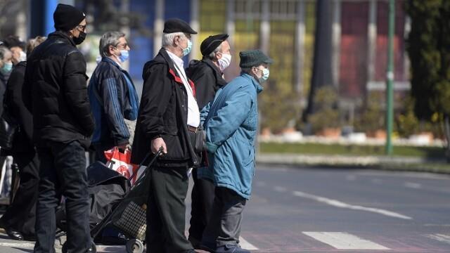 Persoane varstnice traverseaza o strada din Brasov, in intervalul 11-13