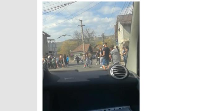 Intervenție a poliției pentru dispersarea a zeci de persoane adunate să asiste la bătaia dintre un tată și fiul său