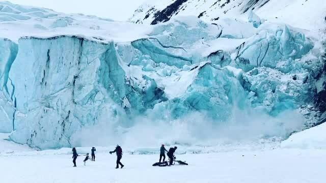Momentul în care peretele unui ghețar din Alaska s-a prăbușit cu un zgomot infernal