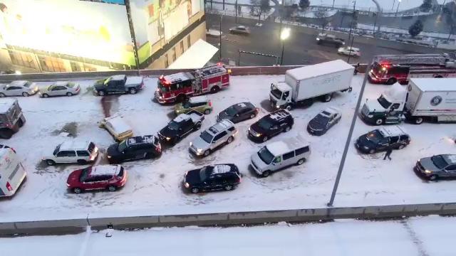 Accident în lanț în SUA, în urma valului de ninsori. Cel puțin 50 de mașini au fost implicate