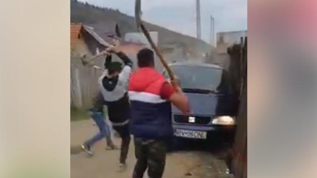 VIDEO șocant de la bătaia dintre clanuri din Săcele. Momentul când mașina întră în mulțime