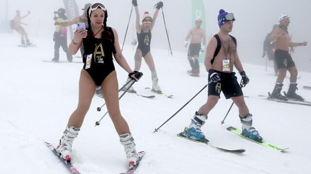 VIDEO. Sute de persoane îmbrăcate în costum de baie au schiat pe pârtiile din Rusia