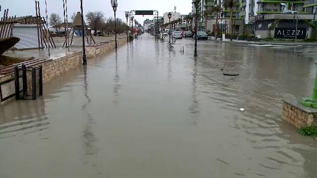 Faleza din Năvodari, a cărei amenajare a costat 8 milioane de euro, s-a transformat într-un râu din cauza ploilor