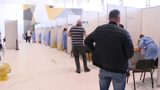 """Vaccinările """"la liber"""" au succes la români. O bătrână din Buzău imunizată de o caravană le-a dus medicilor ouă încondeiate"""