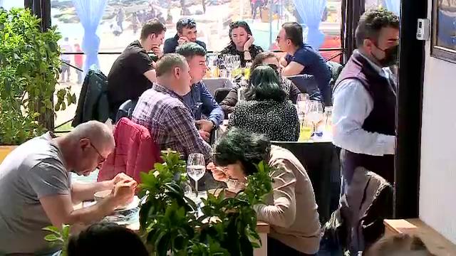 """Litoralul s-a umplut de turiști. Unii vin din București special pentru peștele din cherhanale: """"Mi-era dor de mare"""""""