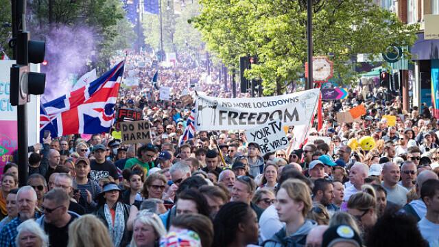 Mii de oameni au protestat la Londra, față de măsurile de izolare şi paşaportul de vaccinare - 4