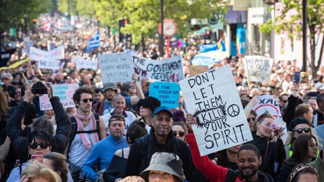 Mii de oameni au protestat la Londra, față de măsurile de izolare şi paşaportul de vaccinare - 5
