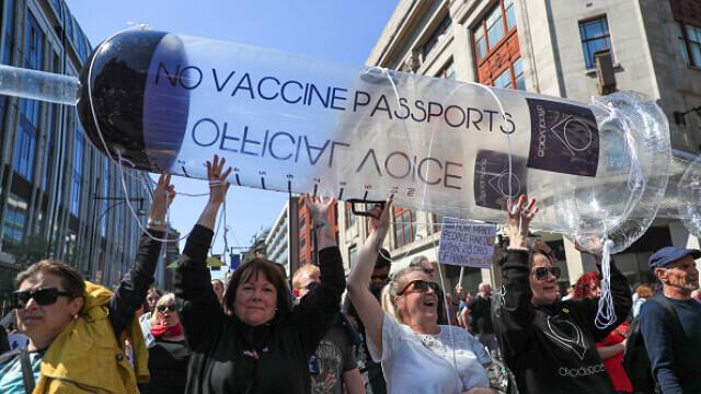 Mii de oameni au protestat la Londra, față de măsurile de izolare şi paşaportul de vaccinare - 8
